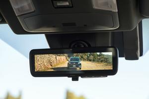 Le rétroviseur central a été remplacé par un écran couleur relié à une caméra. Il assure une excellente rétrovision. Les réfractaires pourront néanmoins retourner au traditionnel miroir en appuyant simplement sur un bouton.