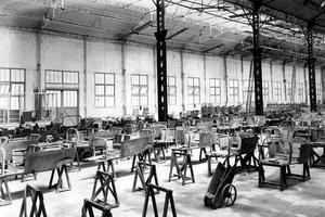 Salle de montage des carrosseries de voitures Type A à l'usine Citroën vers 1920, quai de Javel, à Paris.