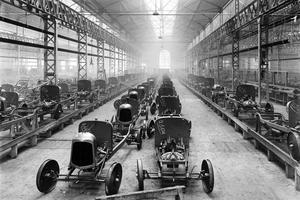 Fabrication des premières voitures Citroën type A dans les usines Citroën vers 1922, quai de Javel à Paris.