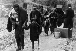 Familles et enfants traversent péniblement les Pyrénées.