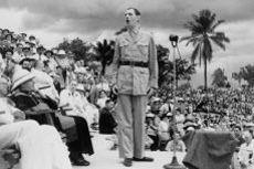 Le général de Gaulle s'adressant aux participants de la Conférence de Brazzaville, le 30 janvier 1944.
