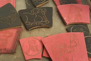 La céramiste Magali Satgé propose de réaliser son signe du zodiaque.