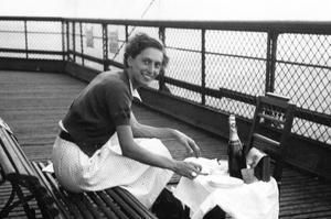Janine Salle, lors de sa nuit de noce au troisième étage de la tour Eiffel