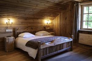 À l'intérieur, les murs ont été rhabillés de vieux bois, les poutres et plafonds sablés.