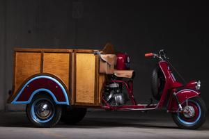 Taxi fabriqué en 1953 à partir de la partie avant d'une MV 125 A de 1949 et propulsé par un moteur de 125 C de 1952. Il servait à faire le tour du «Parco della Certosa» à Pavie.