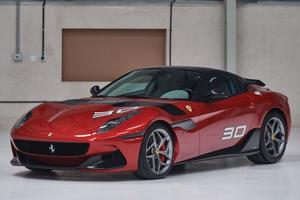 L'unique Ferrari SP30 était proposée à la vente.