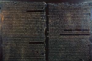 La <i>Table claudienne</i>, après 48 (Lyon, Lugdunum). Elle reprend le texte du discours prononcé par Claude devant le sénat romain pour imposer l'accès des notables de la Gaule chevelue aux magistratures et au sénat.