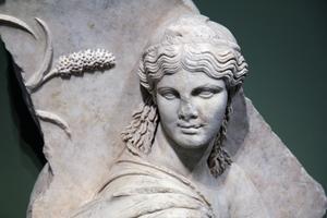 <i>Isis sur un char</i> (Rome, Centrale Montemartini). Eugenio La Rocca l'interprète comme une personnification de l'Egypte sur l'arc de triomphe de Claude.