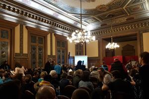 Une centaine de bénévoles sont réunis dans la salle des fêtes de la mairie du XIIe arrondissement.