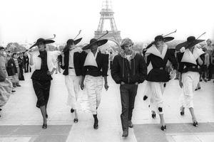 Claude Montana et ses modèles à Paris en 1979.