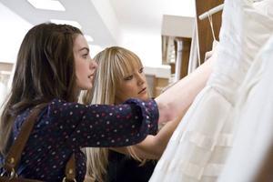 Dans «Meilleures Ennemies», Kate Hudson et Anne Hathaway se déclare la guerre pour organiser le meilleur mariage.