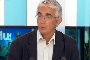 Akram Belkaïd, sur le plateau de TV5 Monde. Crédit photo: TV5 Monde.
