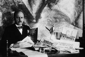 L'écrivain italien Filippo Tommaso Marinetti posant avec des revues italiennes sur le futurisme.
