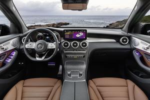 À l'intérieur, on note la présence d'un nouveau volant multifonction.