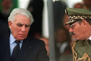 Le président Chadli Bendjedid et un général algérien en 1989.