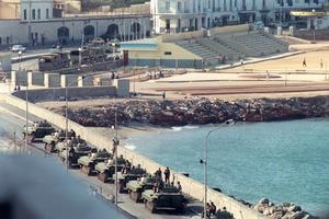 Des blindés de l'Armée à Alger en 1988.