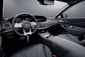 À l'intérieur, la fibre de carbone est omniprésente, et un badge spécifique orne le volant.