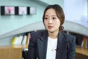 Kang Kyung-yun je novinar koji je stajao iza početne istrage protiv svodnika Seungrija.