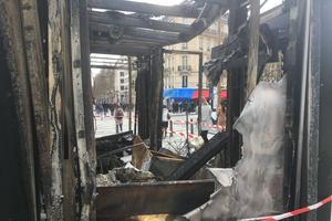 Proche du Fouquet's, ce kiosque a été entièrement brûlé.