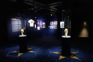 Les deux coupes du monde exposées à l'IMA.