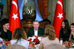 Özil en compagnie d'Erdogan pour rompre le jeûne du ramadan