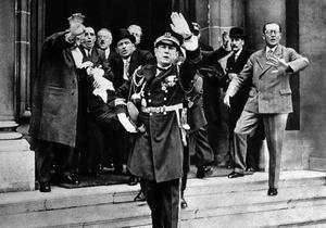 Paul Doumer, victime d'un attentat, blessé à Paris le 6 mai 1932, est transporté pour être conduit à l'hôpital Beaujon.
