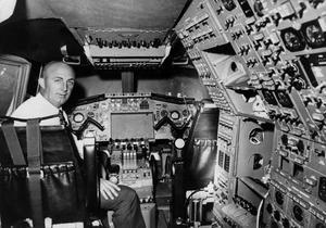 Le pilote d'essais André Turcat à bord d'un simulateur de vol du «Concorde 001» le 26 février 1969.