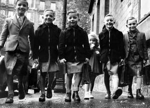 Jeunes élèves lors de la rentrée des classes en 1952.
