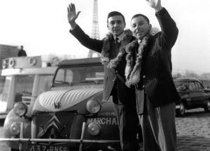 Jacques Séguéla et Jean-Claude Baudot lors de leur retour du tour du monde en 2 CV à Paris en 1960.