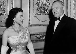 La reine Elizabeth II d'Angleterre en compagnie du chancelier allemand Conrad Adenauer à Londres le 17 avril 1958.