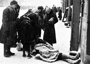 Pendant le siège de Leningrad  ici en 1942  des personnes tombaient littéralement mortes dans la rue: non pas en raison des bombardements, mais à cause de la faim, du froid ou de la fatigue.
