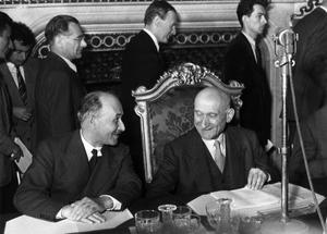 Jean Monnet, à gauche, et Robert Schuman annonçant à la presse la création du C.E.C.A.