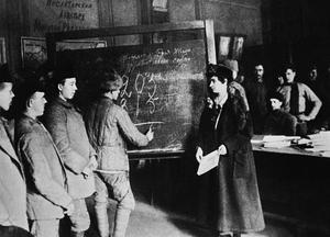 Des ouvriers étudiant dans un centre contre l'illetrisme: dès 1918, Lénine lancait un vaste programme d'alphabétisation de la population.