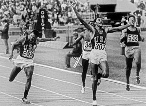 La victoire de Tommie Smith au 200 mètres aux Jeux Olympiques de Mexico en 1968.