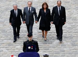 Main dans la main, Laurent Dassault, Olivier Dassault, Marie-Hélène Habert-Dassault et Thierry Dassault marchent derrière le cercueil de leur père.