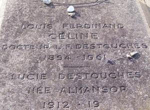 L'inscription gravée sur la tombe de Céline, avec l'erreur de date concernant le décès de Lucie Destouches.