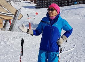 La monitrice Annie Breyton, prêne le ski «cool», bras ouverts.
