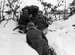 Des soldats allemands attendent des actions dans une installation antichar au sud de Leningrad, en février 1942.