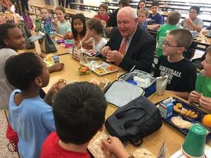 Le secrétaire d'agriculture Sonny Perdue déjeune à l'école primaire Catoctin.