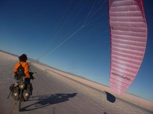 Sur le Salar d'Uyuni, Olivier Peyre réussit l'impossible: joindre sa passion de la voile à celle du vélo.