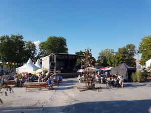 La place du Champ de foire a accueilli la pergola et la scène principale du festival.