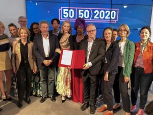Thierry Frémaux, le jury du 71e festival de Cannes et Françoise Nyssen lors de la signature de la charte pour la parité hommes-femmes.