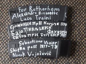 Les armes exhibées sur Twitter portaient des références anti-musulmanes en anglais et dans plusieurs langues d'Europe de l'Est.