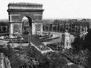 Le défilé de la Victoire le 14 juillet 1919: l'Arc de Triomphe à Paris (place de l'Étoile), suivi par une foule immense.