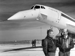 Le 2 mars 1969, jour du premier vol du supersonique, le pilote André Turcat à droite et le mécanicien navigant Michel Rétif, près du Concorde, à l'aéroport de Toulouse-Blagnac.