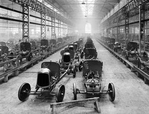 Fabrication des voitures Citroën de Type A dans les usines de Javel à Paris, vers 1922.