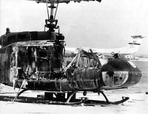 L'épave d'un hélicoptère sur l'aéroport de Fürstenfeldbruck, après la tentative de libération des otages par la police allemande en 1972.