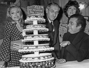 Evelyne Drandy, Jean Anouilh, Luce Garcia Ville et François Perier autour du gâteau d'anniversaire pour la 525ème représentation de la piece «Ne réveillez pas Madame» à la Comédie des Champs-Élysées le 24 mai 1972.