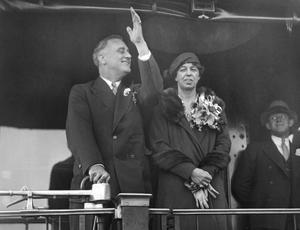 Franklin Roosevelt et son épouse Eleanor sur la plate-forme arrière de la voiture de son train spécial, à Warm Springs en Géorgie en novembre 1932.