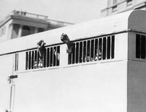Procès de Rivonia: les prisonniers sont emmenés après l'annonce du verdict, le 12 juin 1964: des poings sont levés à l'extérieur du fourgon.